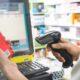Pracownica apteki skanująca kod kreskowy za pomocą czytnika danych