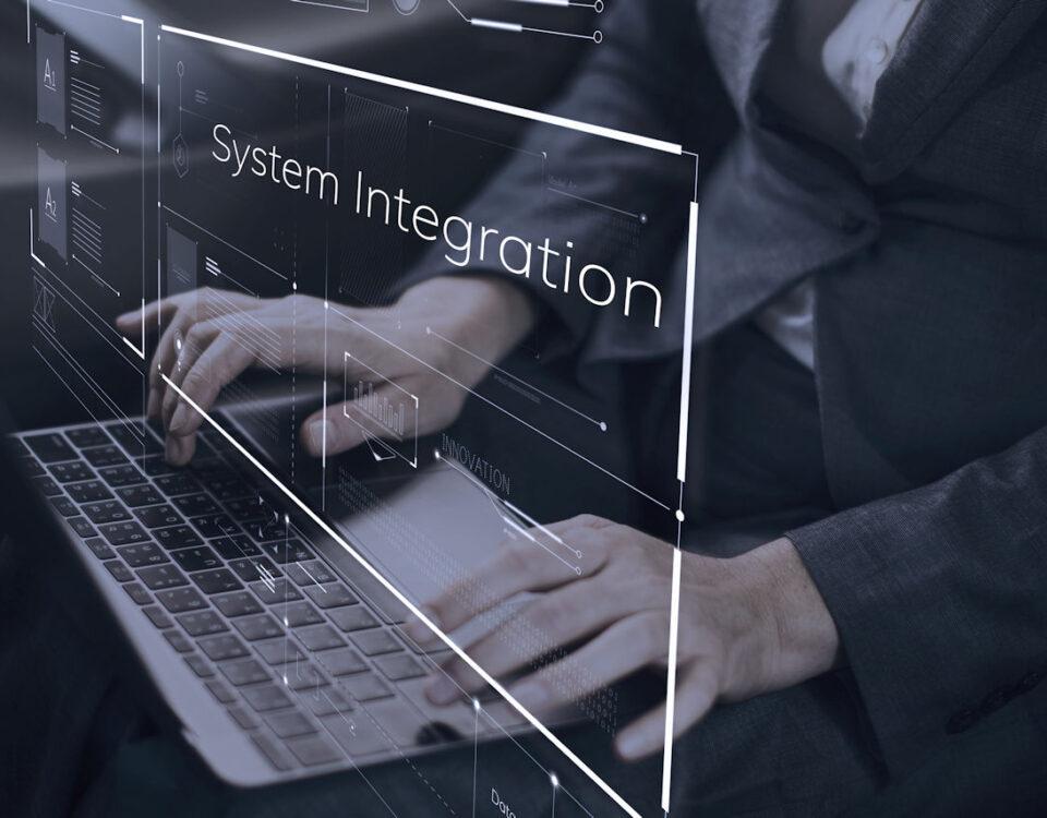 Integrator systemów pisze na klawiaturze
