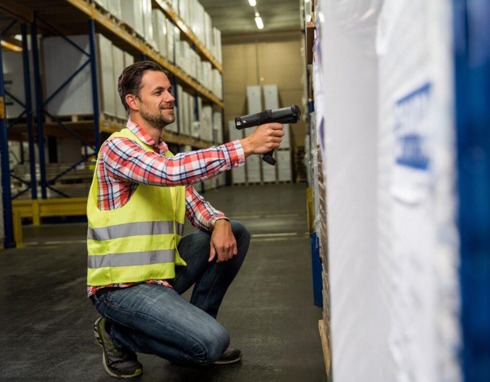 Pracownik magazynu skanuje produktu kolektorem danych