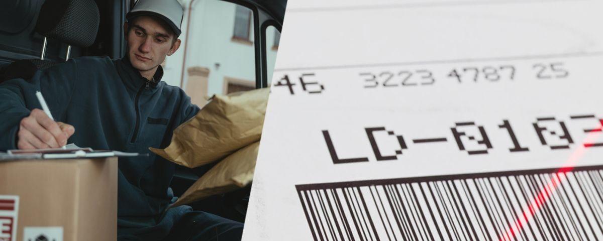 Kurier sprawdza etykietę wysyłkową na paczce.