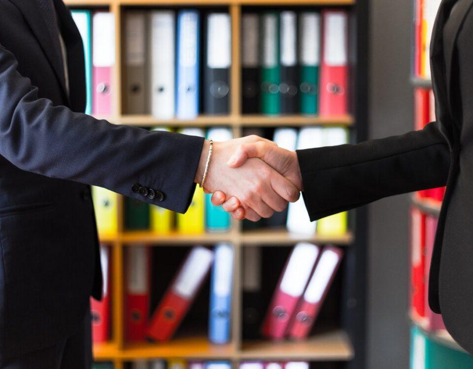 Uścisk dłoni dwóch biznesmenów.