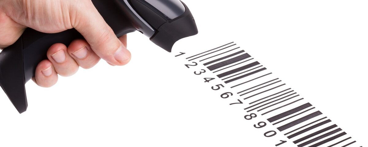 Czytnik kodu kreskowych odczytujący kod z dokumentu.